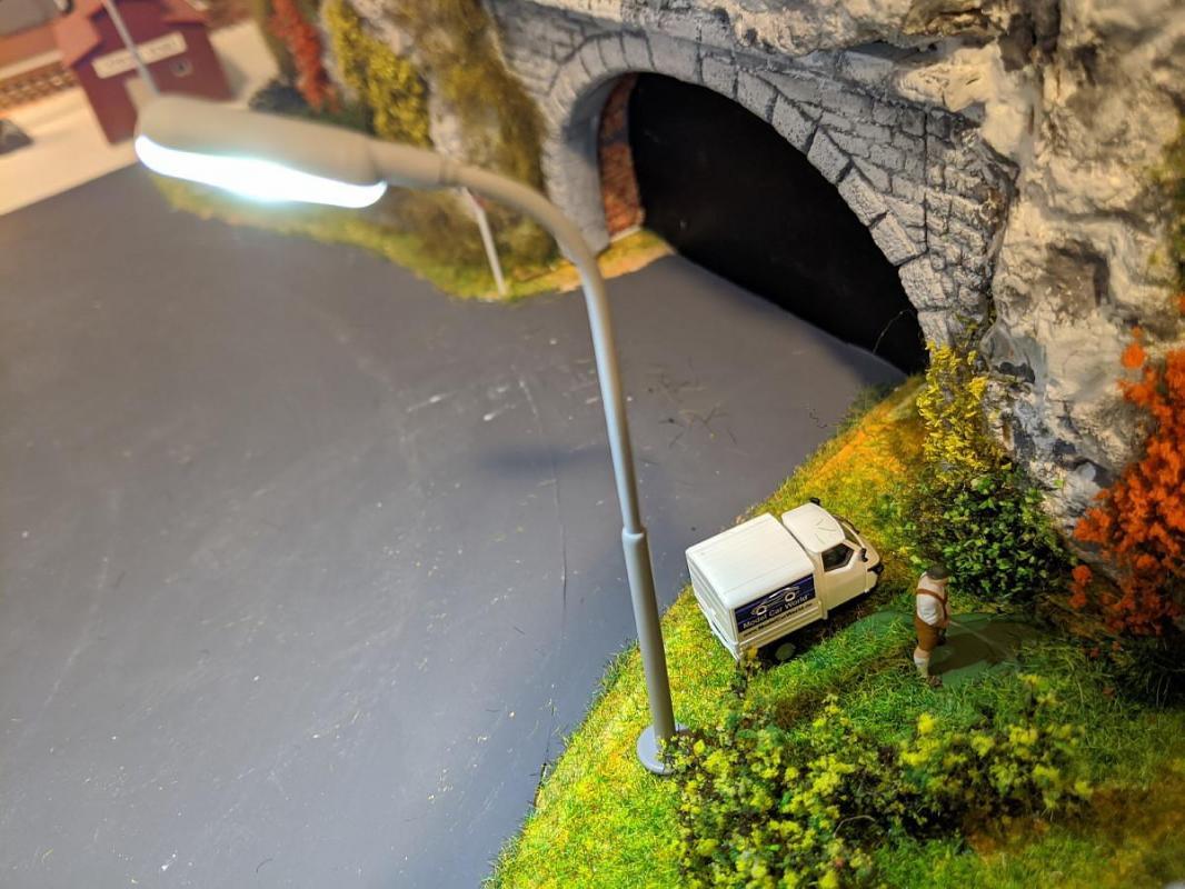 Homme qui urine et faux tunnel