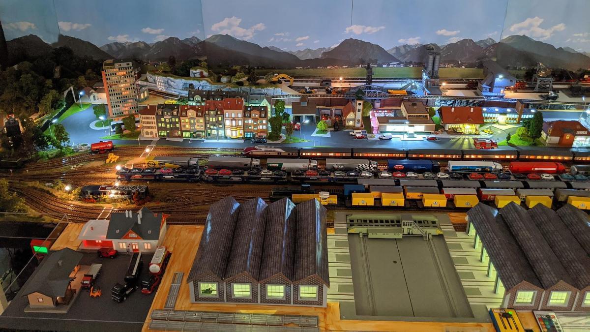 Les hangars, pont transbordeur, gare de triage et ville